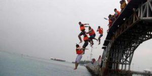 lompat-jembatan-cinta-pulau-tidung