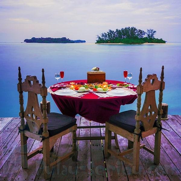 Romantic Moment di pulau macan saat sore hari