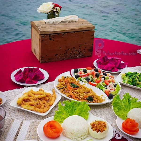 Romantic Moment pulau macan saat makan siang